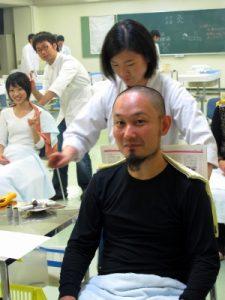 コザック前田さん棒灸を受ける