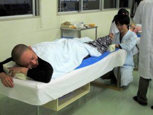 温灸器を受けるコザック前田さん